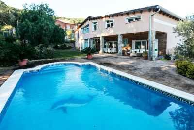 Прекрасный дом с садом и бассейном в 20 минутах от Барселоны